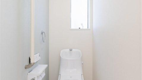 1階と2階にトイレがあり、朝のトイレラッシュや夜間も安心!清潔感のある白で統一した空間は、どんなインテリアにもマッチする安らぎの空間に。アクアセラミック製でお手入れラクラク!超節水タイプで家計も嬉しい!