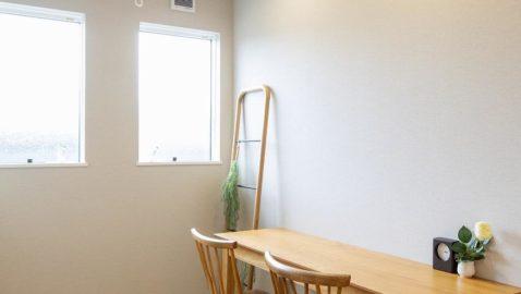 【2Fマルチスペース】 室内物干しの金具を設けており、ドライルームとして使えます♪ テーブルを置いて勉強スペースにしたり、インテリアを楽しんだりと、いろいろな使い方ができる魅力的な空間です!