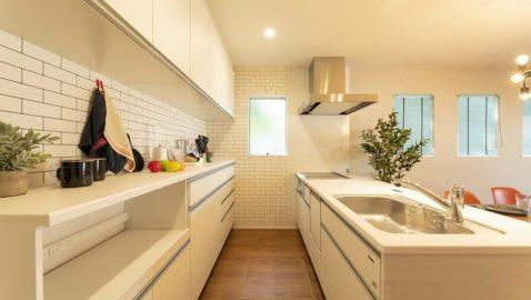 憧れのオープンキッチンを採用しました♪ 壁や仕切りなど目線を遮るものがないので、開放的でおしゃれな空間に。洗面や浴室への移動もスムーズです。 キッチンとお揃いの背面収納付き! ※写真はイメージです。