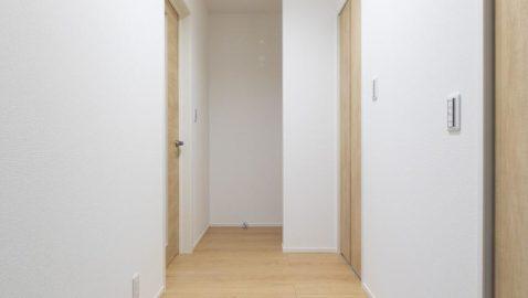 玄関ホールには高さのある収納があり、背の高いワイパーや掃除機などを収納できて便利です。*写真はイメージです。実際のリビングのドアは、引き戸仕様です。開閉時に扉がじゃまにならず、空間も広々スッキリと感じ