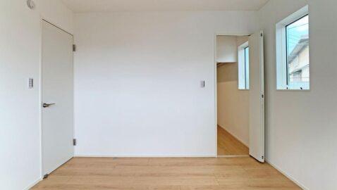 【寝室6.1帖】 大きな窓からたっぷり陽射しが入り込む気持ちの良い寝室。 ウォークインクローゼット付きなので、収納に困りません♪