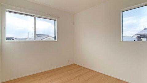 【洋室】 気持ちの良い風が通り、温かい陽射しが入るよう考えられた居室。 全室収納完備で、お部屋を広く使えます♪お子様部屋にもピッタリ!
