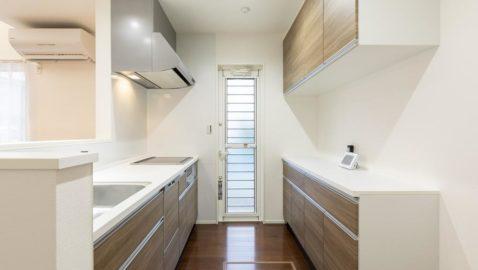 広々としていて、おしゃれで、かつお手入れしやすい、ママの理想のシステムキッチンです! 用途別の大容量収納、食器洗い乾燥機、ホーローキッチンパネルは家事時間を短縮してくれます! ※写真はイメージです。
