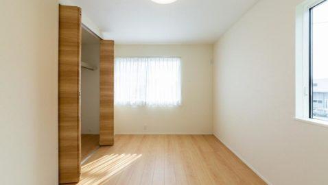 【寝室(6帖)イメージ】 陽当たりが良く、毎朝気持ち良く起きられる寝室。長年使うお部屋だからこそ、高耐久の床材・建具が嬉しいですね。 ※実際の間取り・仕様とは異なります。