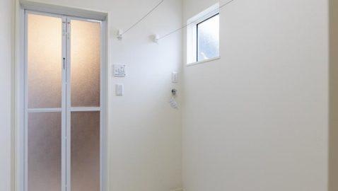 【脱衣所兼洗濯室】 洗ってその場で干せる室内物干しのお部屋があるので、共働き家庭にも安心。浴室暖房乾燥機と合わせると、より効率的です。 ※写真はイメージです