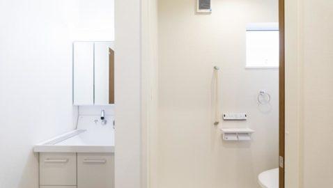 【洗面所】 家族玄関からすぐの位置に設けた洗面コーナー。脱衣所と洗面室を分けることで、入浴中に歯磨きできない…なんてことがありません。お客様も家族も誰もが使いやすいですね♪