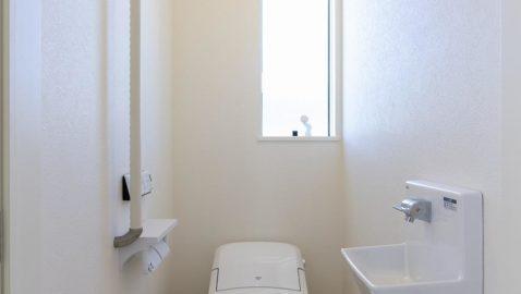 1階と2階、トイレが二つあるので、朝のラッシュ時も困りません! 1階はタンクレスのローシルエットデザインでスッキリした空間。手洗い器が手前にあり小さなお子様も使いやすい♪ ※写真はイメージです。