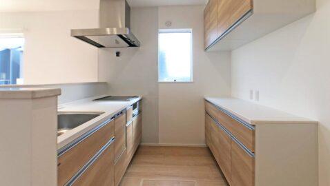 広々としていて、おしゃれで、かつお手入れしやすい、ママの理想のシステムキッチンです!用途別の大容量収納、食器洗い乾燥機、ホーローキッチンパネルは家事時間を短縮してくれます!