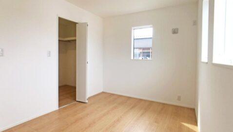 【寝室(6帖)】陽当たりが良く、毎朝気持ち良く起きられる寝室。長年使うお部屋だからこそ、高耐久の床材・建具が嬉しいですね。