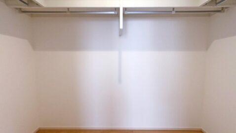 【ウォークインクローゼット(3帖)】普段使わない衣類やお布団も、しっかり収納できて便利です♪季節の家電も楽々収納!