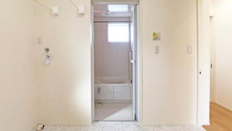 【脱衣所兼洗濯室】洗ってその場で干せる室内物干しのお部屋があるので、共働き家庭にも安心。浴室暖房乾燥機と合わせると、より効率的です。