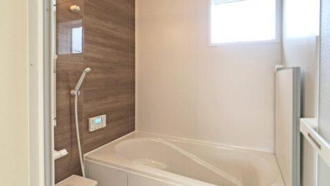 温もりある色合いの、木目柄が美しい浴室。柔らかな光に包まれ、毎日のお風呂タイムが癒しの時間となります。一坪サイズのバスタブなので、足を伸ばしてゆっくり浸かれます♪