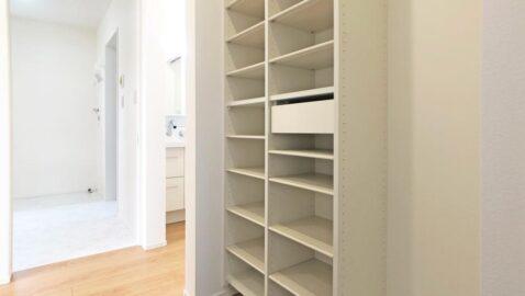家族玄関付きで、メイン玄関をいつでもキレイに保てます♪土間収納付きで便利です。玄関からすぐに洗面所にアクセスできる動線なので、手洗いしてからリビングに入れるので安心!