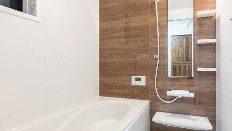 温もりある色合いの、木目柄が美しい浴室!柔らかな光に包まれ、毎日のお風呂タイムが癒しの時間となります。 一坪サイズのバスタブは、足を伸ばしてゆっくり浸かれます♪*同仕様