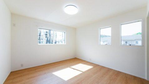 【洋室(7帖)】 大きなベッドも入るゆとりあるお部屋です。気持ちの良い風と陽射しがたっぷり入る心地よい空間です。 ウォークインクローゼット+収納付き! ※写真はイメージです。