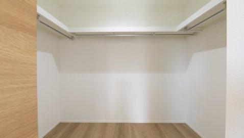 【ウォークインクローゼット(3帖)】 広々としたこちらの収納は、オフシーズンの衣類や季節の家電など、楽に収納できて便利です! ※写真はイメージです。