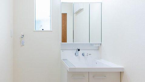 洗面・脱衣所には、収納が付いているので、タオルや洗剤類の収納に便利です♪ 窓が付いているので、いつでも換気をして空気を入れ替えられます! ※写真はイメージです。