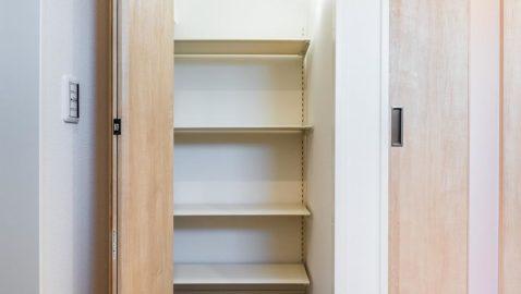 【土間収納】 玄関には土間収納があり、下足だけなく濡れた雨具も収納することができます。玄関が片付き重宝します! 玄関には土間収納に加えもう一つ収納付きです♪ ※実際の間取り・仕様は異なります。