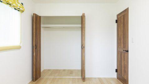 【洋室(5.1帖)】 各居室には収納完備で、お部屋を広く使えます。窓を2方向に設け、採光と通風に配慮しています。子供部屋としても大活躍しそうです♪ ※写真はイメージです。