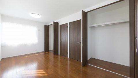 【居室(4.5帖)+(4.5帖)】 こちらは、将来お子様が成長したときに間仕切りを作ると2つのお部屋に簡単に分けることのできる居室です。 ライフスタイルに応じて自由自在に変えられる便利な間取り。 ※写真はイ