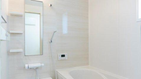 柔らかな色合いの木目柄パネルが美しい浴室です。1坪タイプ、浴室衣類乾燥暖房機付きです! 窓があり換気も十分にできます。デザイン性、機能性、保温性なども高く日々の疲れを癒します♪*同仕様