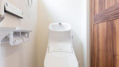 清潔感のあるシンプルなトイレです! フチレス形状の便器でお手入れ楽々♪汚れをしっかり洗い流すパワーストリーム洗浄でキレイを長持ちさせます! *同仕様