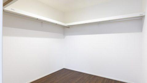 【収納】 主寝室には、なんと4帖分のウォークインクローゼット付き!家族の衣類や寝具、季節の家電などまとめてたっぷり収納できます! ※写真はイメージです。