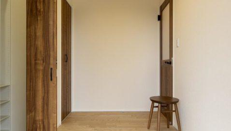 玄関は広々としていて、陽射しがたっぷり入り気持ち良いです!土間収納に加え、ホールにさらにもう一つ収納付きなので、とても便利です♪ ※写真はイメージです。