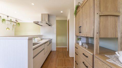 キッチンはダイニング横にあるので、動線がスムーズで食事の後片付けも楽々♪毎朝陽射したっぷり明るいキッチンに立つのが楽しくなりそうです! 使いやすさ抜群の大容量収納キャビネット装備ですっきり片付きます!