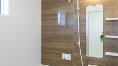 温もりある色合いの木目壁が美しい壁パネル。優しい色合いなので、とても癒されます。広々浴槽で、足を伸ばして一日の疲れを癒せます♪