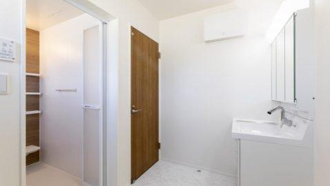 洗面・脱衣所は広々3帖分! 室内干しもできるゆとりの広さです。スペースがあり、浴室暖房乾燥機と合わせて広く使えます。