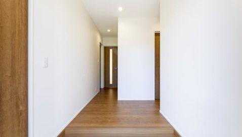 玄関を開けると、陽射しが入り明るく心地よいです。 玄関を入ってすぐ右側に水回りを集約しているので、帰ってすぐに手洗いしてきれいな状態でお家に入れます♪