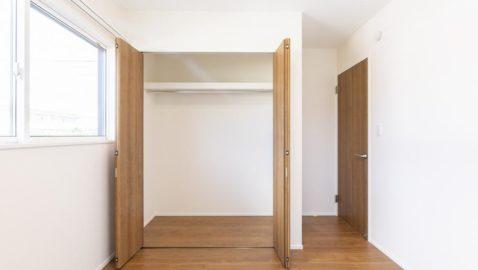 風通しと陽当たりに配慮したお部屋なので、毎朝気持ち良い朝を迎えられます。 温もりある色合いの床材・建具は、どんなインテリアにも合いやすいです♪ ※写真はイメージです。
