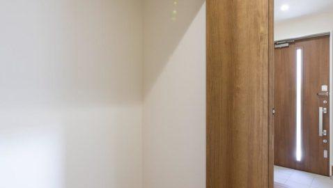 【玄関ホール収納】 土間収納に加え、ホールに二つの収納が付いています!お子様の外遊び道具や、部活用品など収納できて便利です♪ ※写真はイメージです。
