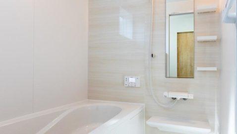 淡い色合いの木目壁が美しい壁パネル。優しい色合いなので、とても癒されます。広々浴槽で、足を伸ばして一日の疲れを癒せます♪*同仕様