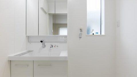 二人一緒の身支度もしやすいLIXIL製の洗面台を採用しました。広々ボウルはバケツ洗いもしやすいです♪ 用途別に収納しやすいので、とても便利で使いやすいです!*同仕様
