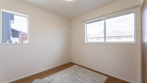 【主寝室(8帖)】 大きなベッドも入るゆとりある寝室です! 換気効率も良く気持ちいいです♪ ウォークインクローゼット付きなので、いつの間にか増える家族の衣類も楽に収納できます! ※写真はイメージです。
