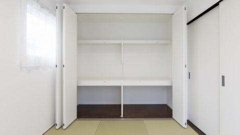 【和室(5帖)】 和室は、淡いグリーンの樹脂製畳。目に優しく癒される色合いで、寝転ぶと気持ち良いです♪ 樹脂なので汚してもサッとお手入れできます! ※実際の収納は壁一面ではありません。