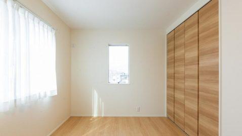 【居室(4.5帖)】 風通し良く、陽射しがたっぷり入る心地よいお部屋です♪ お子様部屋、勉強部屋など多用途に使えそうです! ※写真は床色が同じ物件です。実際の建具カラーは異なります。
