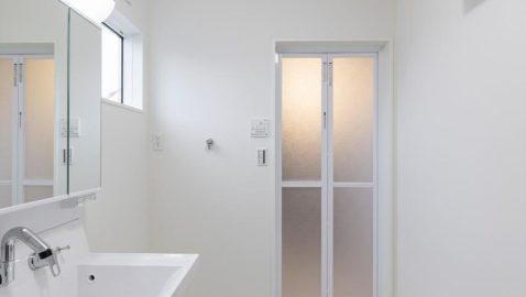 洗面所は広々3帖分!窓があるので、こもりがちな湿気もしっかり換気できます。 室内物干し付きなので、浴室暖房乾燥機と合わせるとドライルームとしても使えて便利です♪ ※写真はイメージです。