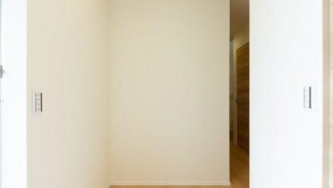 柔らかな色合いの広々とした玄関。玄関には土間収納がついているので、いつも片付いた玄関を保つことができます! ※写真は床色が同じ物件です。