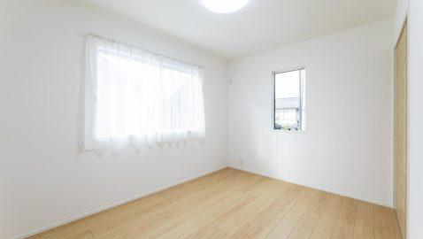 【居室(6帖)】 柔らかな木目柄が温もりある寝室。 ウォークインクローゼット付きなので、家具は最低限でOKです! ※写真は床色が同じ物件です。