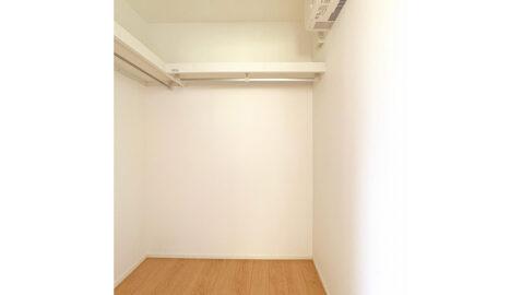 【収納(2帖)】 居室(6帖)には、2帖のウォークインクローゼット付き。物を多く持たずコンパクトに暮らすのもいいですね!