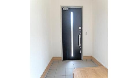 柔らかな色合いの広々とした玄関。玄関には土間収納がついているので、いつも片付いた玄関を保つことができます!