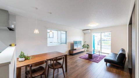 リビングは2面に掃き出し窓を設けているので、明るく開放的でゆっくり寛ぐことができます。毎朝、たっぷりの陽射しを浴びながら朝食の準備ができます。 ※こちらは間取りが似た物件です。実際とは異なります。