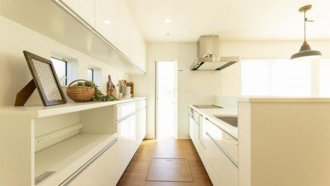 人気の淡い色合いのシステムキッチンは清潔感があります♪大容量食器洗い乾燥機、背面には家電収納ユニット付きで便利です。 ※写真はイメージです。実際仕様や背面収納は異なります。