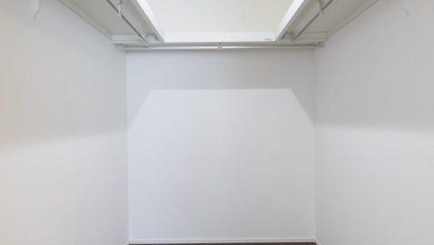 3帖分のウォークインクローゼット。ハンガーの下に整理ダンスを置けば効率よく使うことが出来ます。枕棚は羽毛布団の収納にも使えます。 ※写真はイメージです。