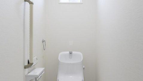 【トイレ】 1階と2階の両方にトイレがあるので、朝のラッシュ時も困りません。白を基調とした清潔感あるトイレ。100年クリーンのフチレス形状の便器はお手入れしやすく、お掃除回数が減ります♪*同仕様