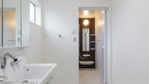 【洗面台・洗面所】 洗面・脱衣所はL字型。脱衣スペースと洗面・洗濯スペースが分かれているので、広々と使えます♪ LIXIL製の洗面台は、お手入れしやすく、広々としていて二人並んでの身支度もしやすいです!*同仕様