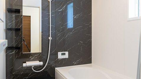 """【浴室】 人がお風呂に求める""""心地いい""""という瞬間のために進化したバスルーム。広々浴槽で、足を伸ばして一日の疲れを癒せます♪ 掃除のストレスを軽くする工夫がたくさんあります!*同仕様"""